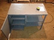 железный стол с выдвижными ящиками с дверцой и полками